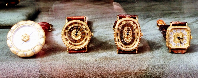 Also check those prestigious vintage-inspired Buccellati watches, timeless and elegant